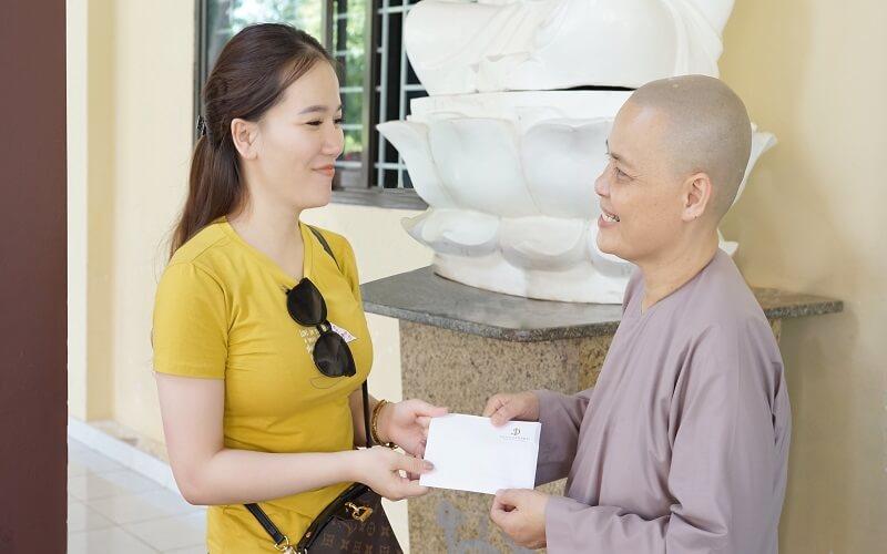 Ban thiện nguyện trao quà cho chùa Pháp Tánh