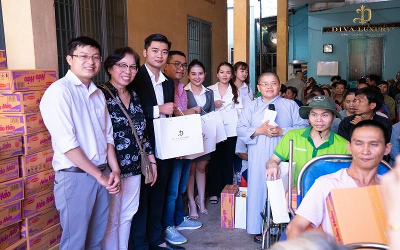 người dân đã có mặt tại chùa Linh Quang (Ấp 1, Xã Phú Hòa, Huyện Định Quán, Tỉnh Đồng Nai) để nhận quà từ Đoàn thiện nguyện.