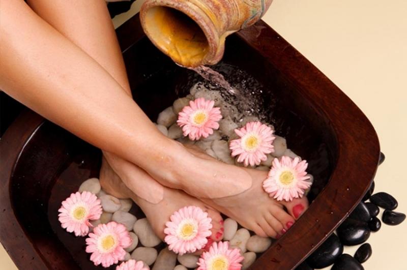 Làm nhỏ bắp chân bằng cách ngâm chân với muối